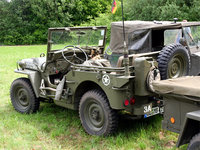 Vor den Hallen biwakierten die Sammler der historischen Militärfahrzeuge.