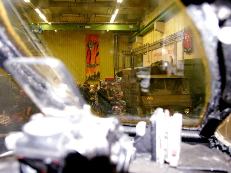 Der Blick durch die Frontschiebe der Fiat zeigt Bausatzjäger im Einsatz neben dem Unimog 404 mit Funkkoffer.