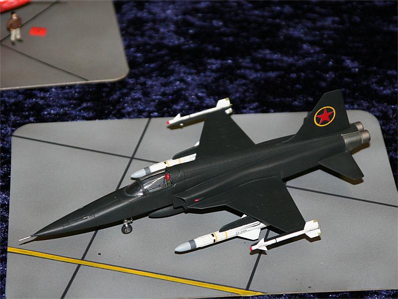 """Eine F-5 als MiG verkleidet im Film """"Top Gun"""". Hier mit Exocet Flugkörpern."""