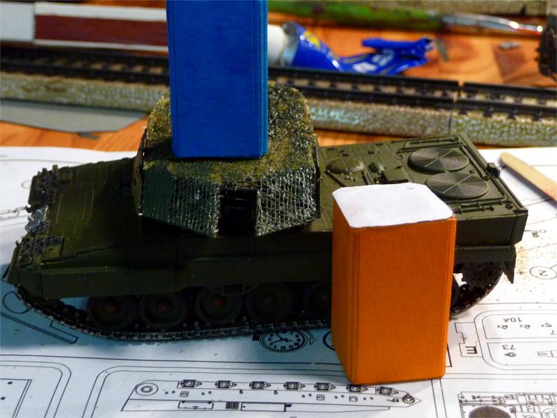 01_Leopard-2_Toilettenhaustraeger_P1050772